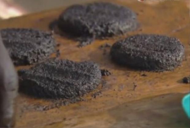 Loại bánh hăm-bơ-gơ muỗi là đặc sản của người dân vùng hồ Victoria ở châu Phi.