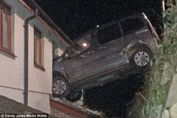 """Chiếc xe """"đỗ ngay ngắn"""" trên cửa sổ phòng tắm tầng 1. Ảnh: Danny Jones/Media Wales"""