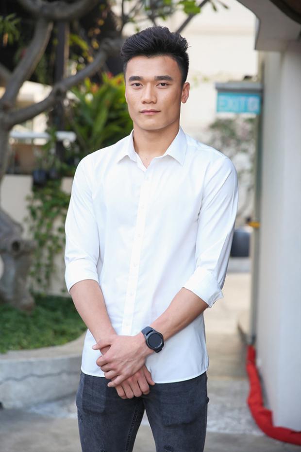 Sau các trận đấu vừa qua, anh là một trong những cầu thủ được khán giả yêu mến nhất của đội tuyển U23 Việt Nam. Không chỉ tài năng trong lĩnh vực bóng đá, Bùi Tiến Dũng còn thu hút nhờ vào phong cách thời trang nam tính, năng động trong cuộc sống hàng ngày.