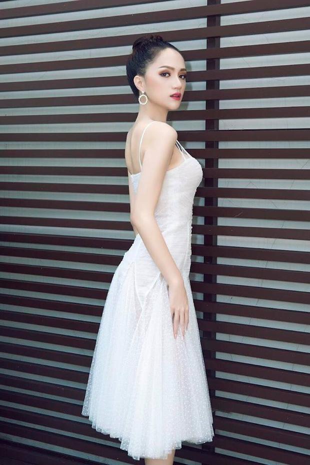 Chiếc đầm với độ ôm vừa phải giúp hoa hậu khoe được đường cong cơ thể mà không tạo cảm giác hở hang quá đà phô da thịt.