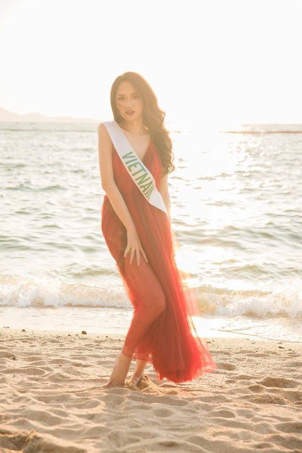 Chiếc đầm đỏ xuyên thấu trước đây cũng từng giúp hoa hậu gây ấn tượng với Ban giám khảo tại cuộc thi.