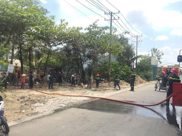 Lực lượng PCCC có mặt tiến hành chữa cháy.
