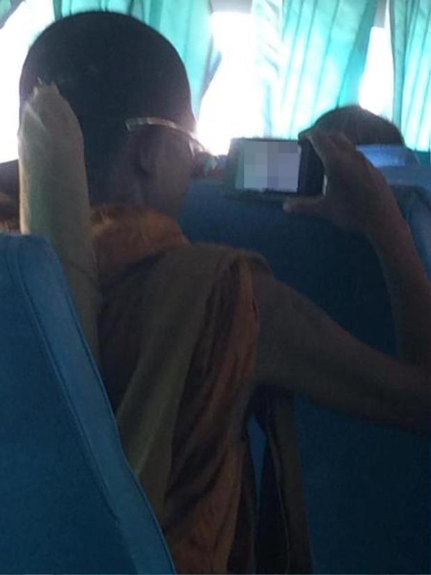 Nhà sư xem phim khiêu dâm ngay trên xe khách. Ảnh Mirror