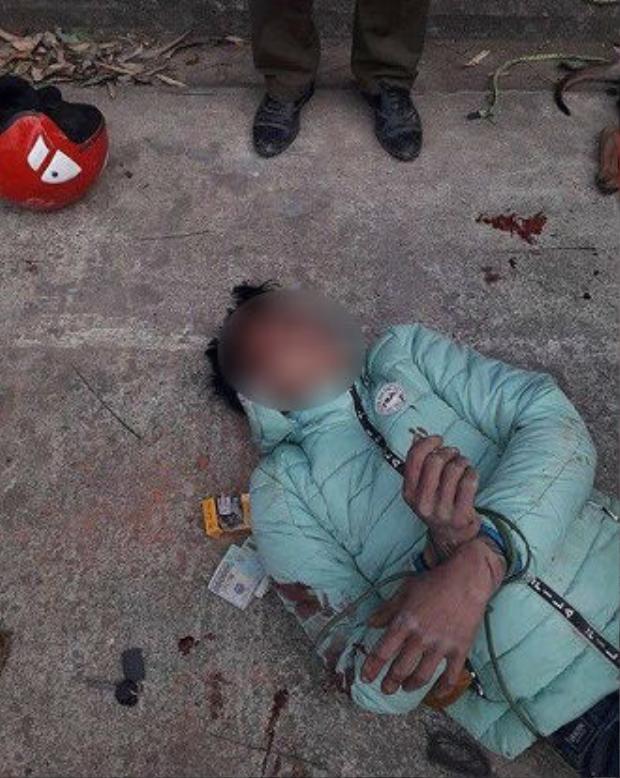 Thanh niên trộm chó bị người dân đánh bất tỉnh và đốt xe máy. Ảnh: Viet Ngo Tuon.
