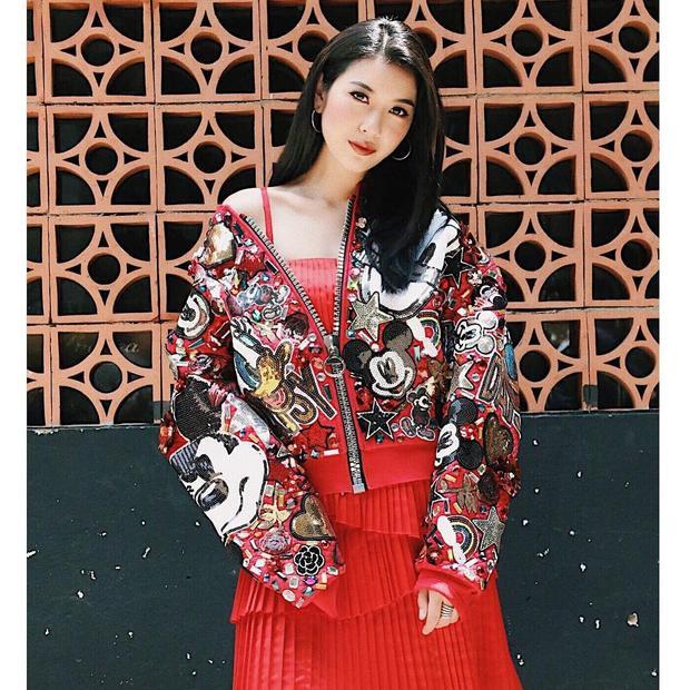 Á Thúy Vân theo đuổi phong cách cá tính khi chưng diện cả cây đỏ gồm chân váy xếp li và áo khoác bomber thêu đính họa tiết vui nhộn. Vốn trung thành với kiểu trang phục thanh tao, sang trọng, với outfit này, á hậu Quốc tế 2015 gây được ấn tượng mới mẻ với người đối diện.