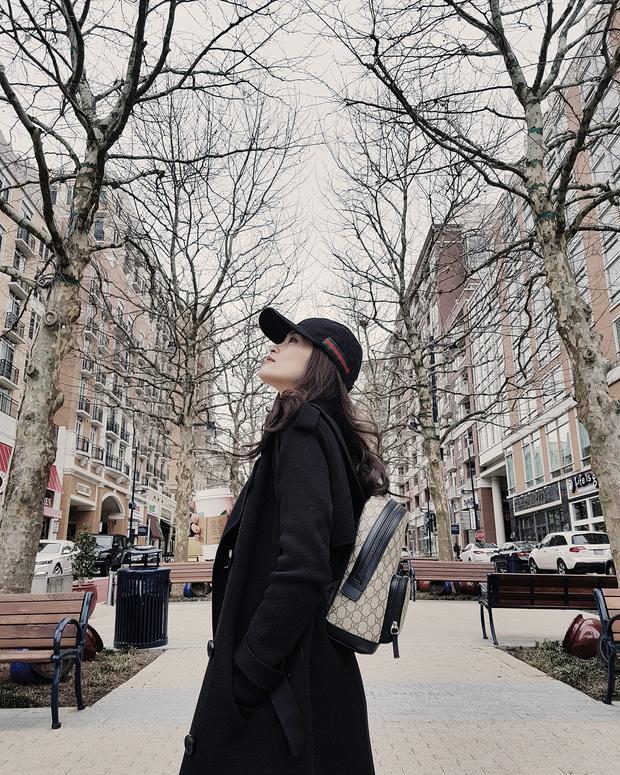 Chưng diện cả cây đen nhưng Đông Nhi hoàn toàn biết cách tạo ấn tượng với chiếc nón sọc đỏ cùng ba lô Gucci đeo sau lưng. Thế mới biết, cách lựa chọn phụ kiện quan trọng trong công cuộc ăn mặc như thế nào.