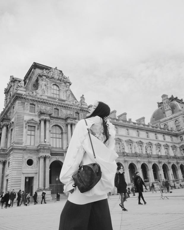 """Châu Bùi tiếp tục chứng tỏ gu ăn diện thời thượng khi lựa chọn áo khoác trong BST """"Em hoa"""" đình đám của NTK Công Trí. Quần culottes, ba lô dáng mini của Louis Vuitton là những món đồ cô nàng sử dụng để hoàn thiện bộ cánh khi xuống phố."""