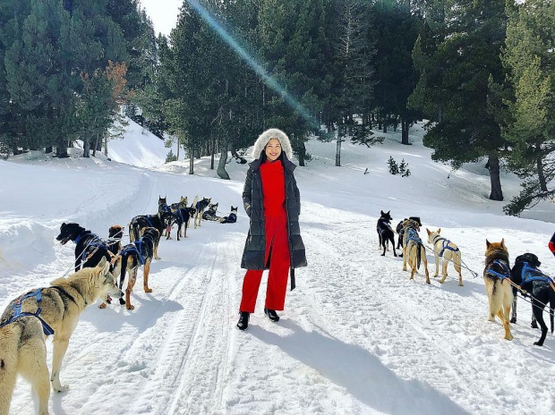 """Sau vai chính trong bộ phim """"Tháng năm rực rỡ"""", Hoàng Oanh đã có một chuyến du lịch, xả stress ở nước ngoài. Với background tuyết trắng xóa, cô nàng lựa chọn cả cây đỏ nổi bật cùng không quên mặc thêm áo khoác lông để giữ ấm."""