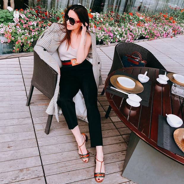 Diện combo trang phục thanh lịch gồm áo cộc tay và quần ống rộng, Hồ Ngọc Hà không quên khoác thêm áo choàng dài cùng phối với cả cây phụ kiện giày, dây lưng đắt giá của Gucci để hoàn thiện tổng thể.