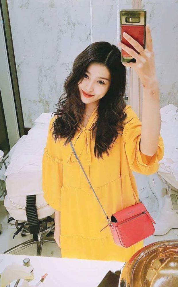 Váy vàng phom suông nổi bật kết hợp cùng kiểu tóc xoăn nữ tính chắc chắn sẽ giúp Chế Nguyễn Quỳnh Châu gây được sự chú ý từ người đối diện khi xuống phố.