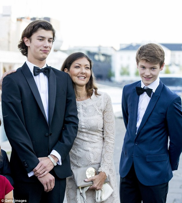Nikolai xuất hiện trong tiệc sinh nhật 18 tuổi, bên cạnh là mẹ và cậu em trai 15 tuổi cũng đẹp trai không kém. Ảnh: Getty