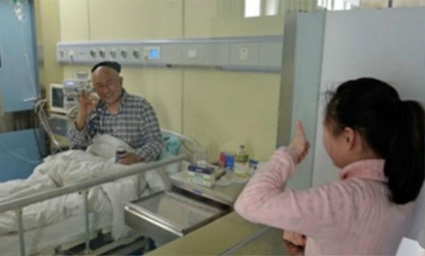 Ảnh chụp trong lần thăm bố gần đây nhất của bé Zhenzhen. Ảnh SCMP