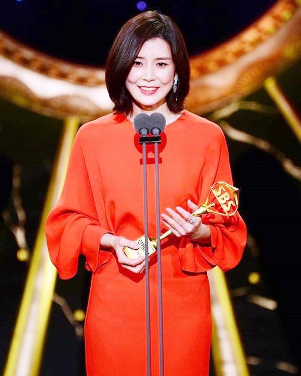 Lee Bo Young dành giải Nữ diễn viên xuất sắc hàng đầu cho vai diễn trong phim Whisper.