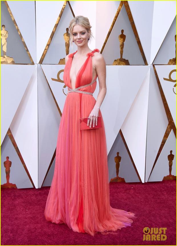 Nữ diễn viên sinh năm 1992 Samara Weaving dịu dàng trong váy chiffon, cổ khoét sâu gợi cảm.