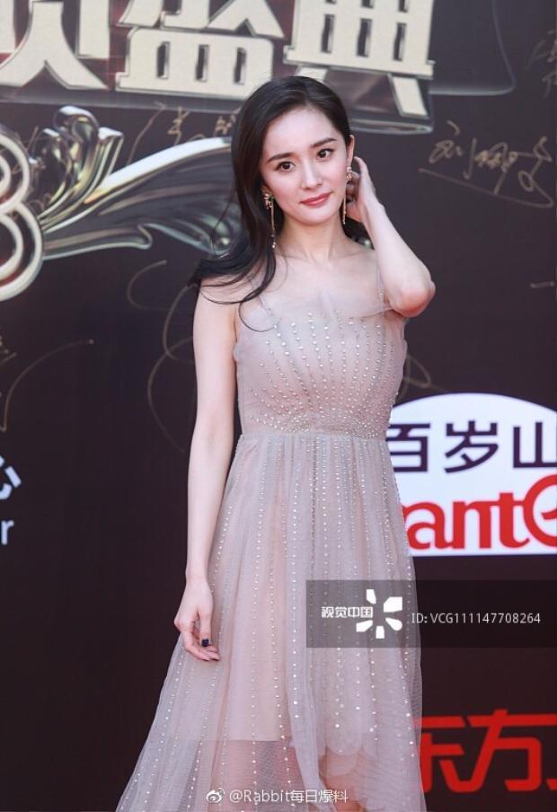 Nhan sắc chưa qua chỉnh sửa của Dương Mịch vô tình bị phát tán, khác hẳn hoàn toàn với ảnh đã qua photoshop kĩ càng được đăng trên trang sự kiện.