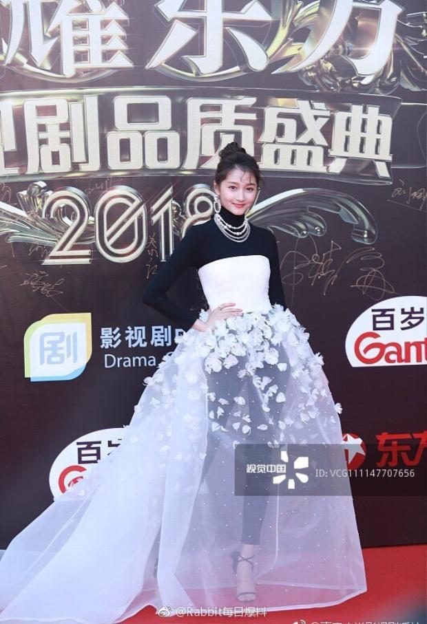 Bỏ qua bộ váy gây tranh cãi, thần thái của Quan Hiểu Đồng vẫn xinh đẹp và trẻ trung.