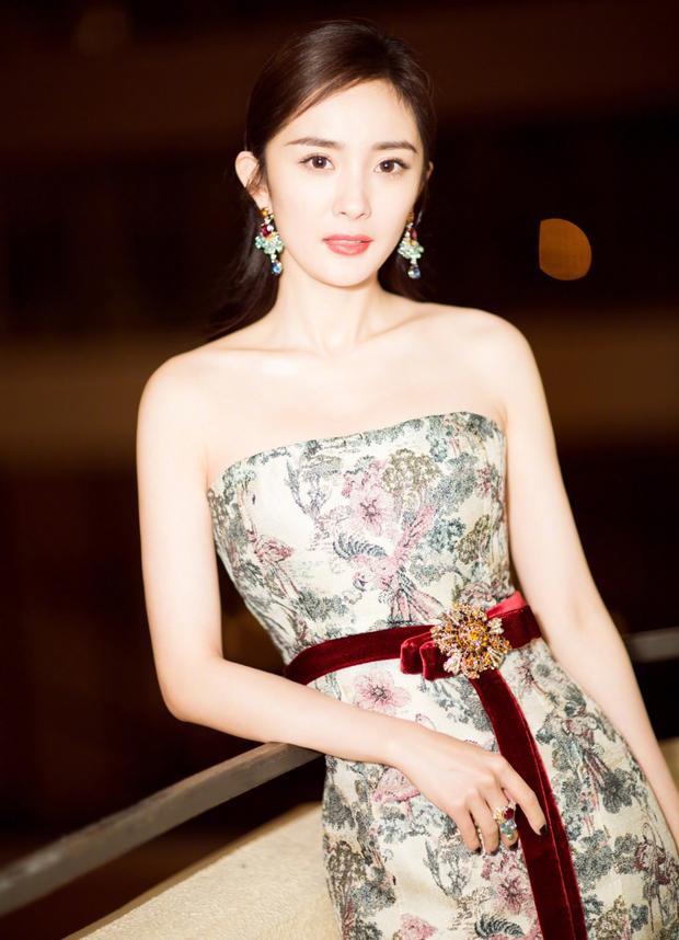 Bước vào tuổi 32, giai đoạn dễ bị lão hóa, Dương Mịch cần chăm chút nhan sắc hơn nữa để giữ mãi hình tượng xinh đẹp lung linh như trước kia.
