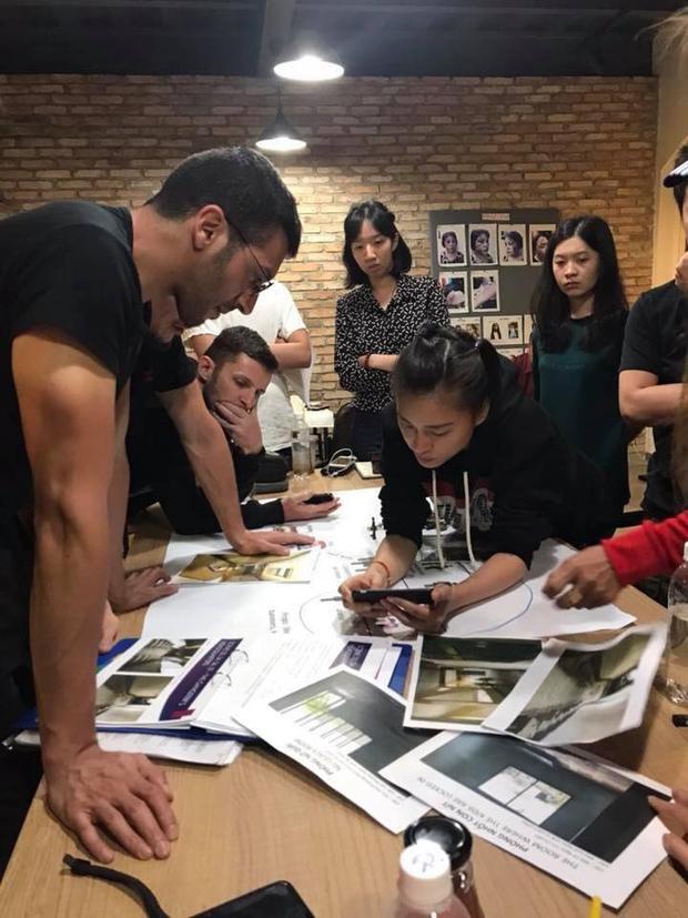 Cuộc họp của team sản xuất Hai Phượng.