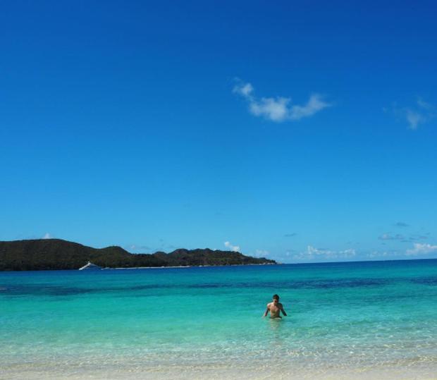 Hòa mình với bãi biển xanh thẳm đầy mơ màng.
