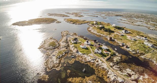 Salmar có trụ sở chính trên đảo Frøya ở khu vực Trung Na Uy. Ngoài ra, nơi đây còn một nhà máy chế biến.