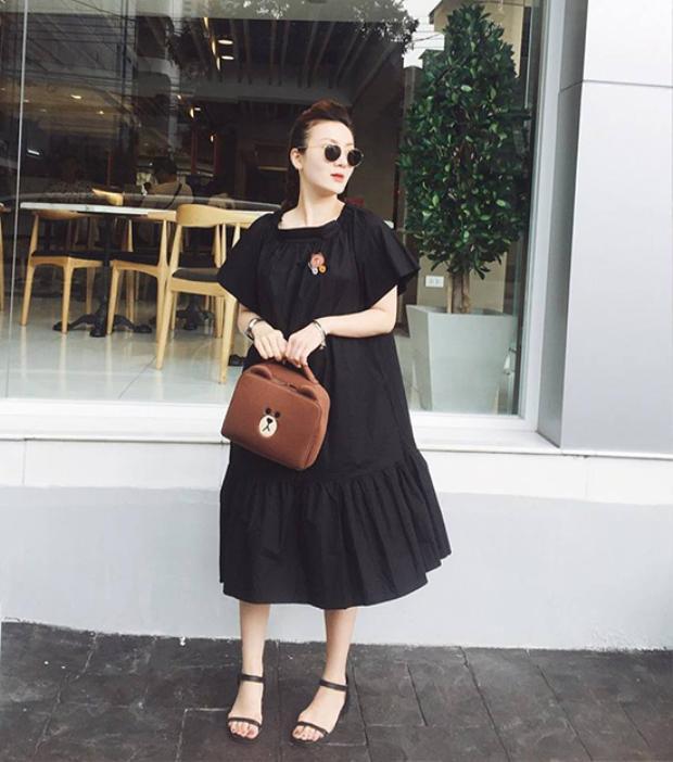 Dẫu biết chiếc váy Yến Nhi mặc thuộc dạng phom rộng, thế nhưng có vẻ chiếc váy này size lớn hơn nhiều so với thân hình cô.