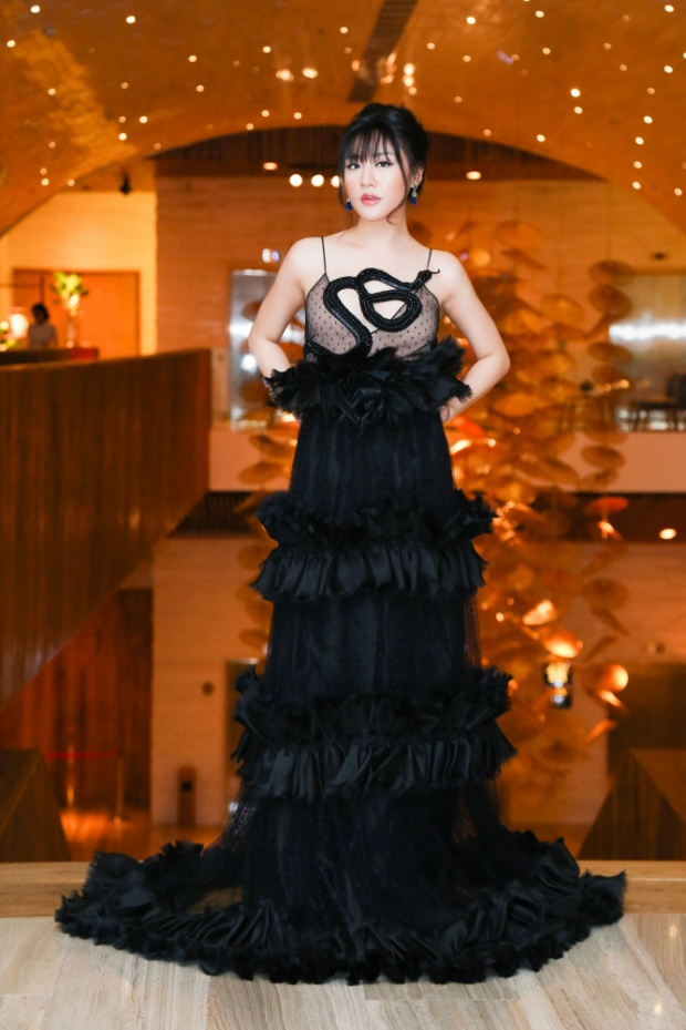 Văn Mai Hương đi sự kiện với chiếc váy đen rộng thùng thình từ trên xuống dưới.