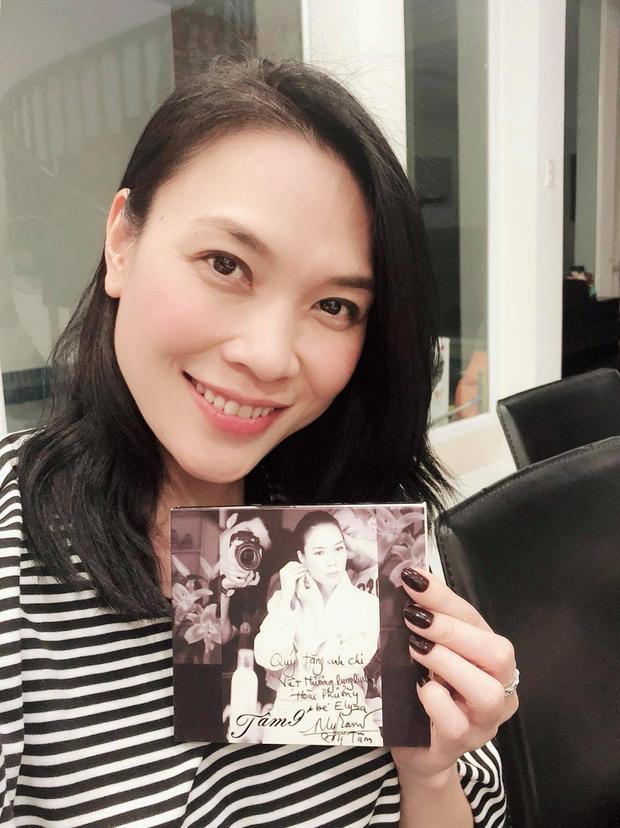 Mỹ Tâm đáng yêu khoe CD Tâm 9ký tặng Việt Hương.