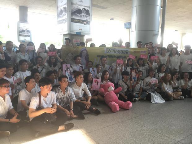 Fan với băng rôn, khẩu hiệu, xếp hàng ngay ngắn ở sân bay chờ đón Hương Giang.