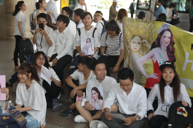 Fan hát Đường đến ngày vinh quang, hô to tên Hương Giang trong ngày về nước
