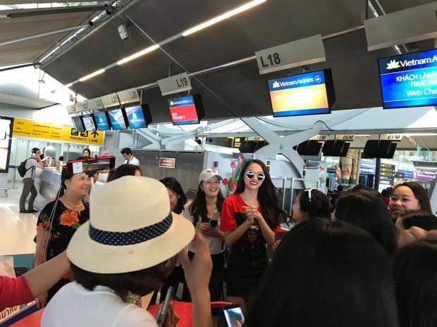 Không có khoảng cách, người đẹp Việt Nam vui vẻ trò chuyện với người hâm mộ trước khi bay về quê hương.