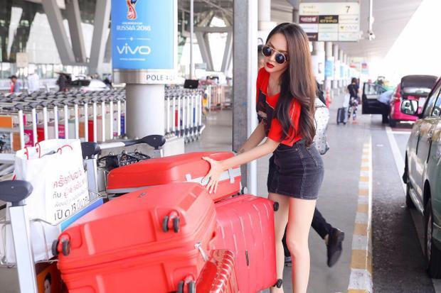 Hương Giang tự tay sắp xếp hành lý trước khi bay về Việt Nam.