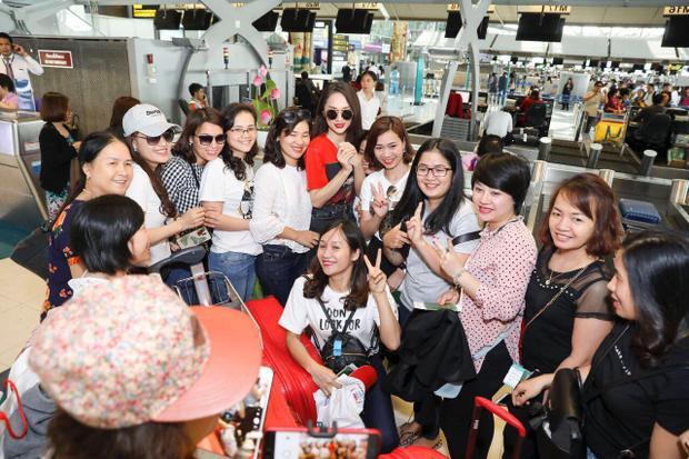 Rất đông khán giả đã nhận ra tân Hoa hậu Chuyển giới Quốc tế và xin chụp ảnh cùng.
