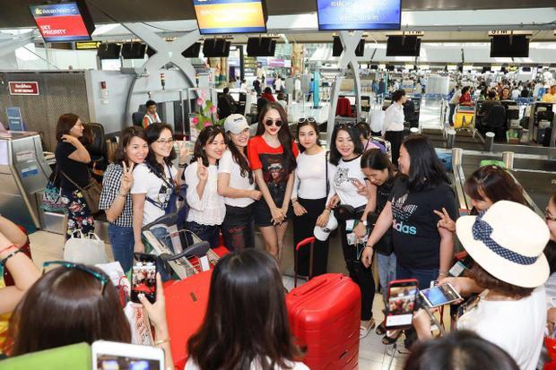 Hương GIang được fan chào đón nồng nhiệt ở sân bay Thái Lan.