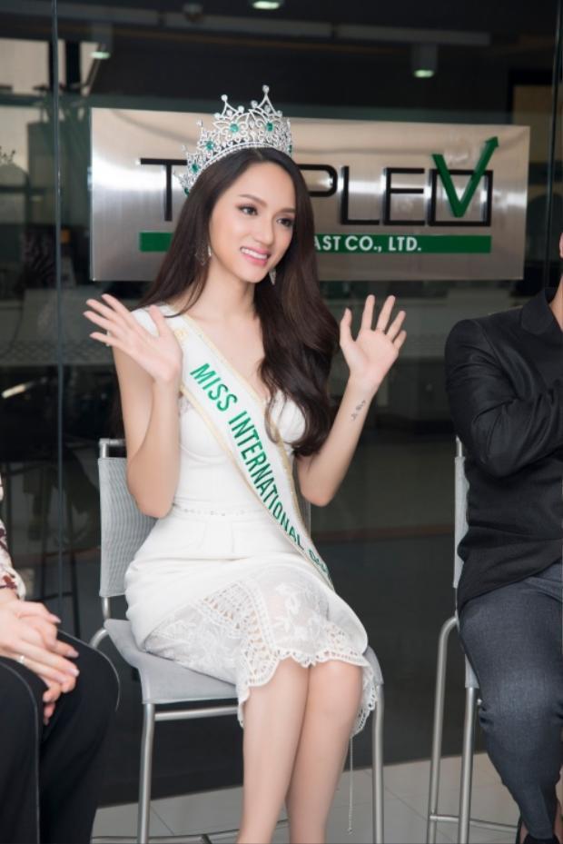 Hương Giang bận rộn với lịch quay hình, trả lời lời phỏng vấn sau khi đăng quang Hoa hậu Chuyển giới Quốc tế 2018.