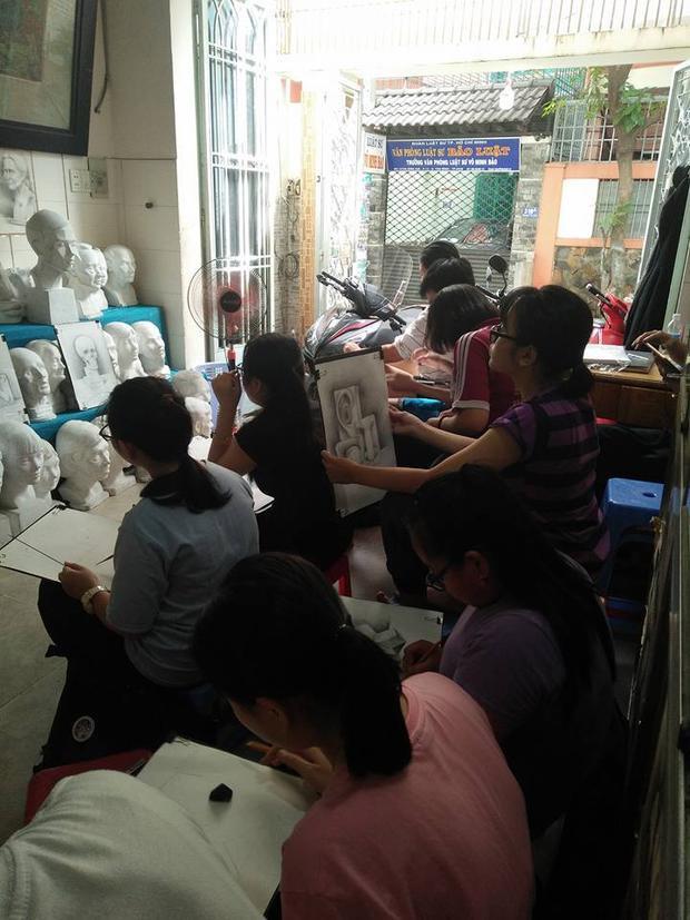 Học vẽ luyện thi không thể học kèm mà tốt nhất là nên luyện ở trung tâm (ảnh: TTLT Kiến Trúc - Mỹ thuật Bình Giã)