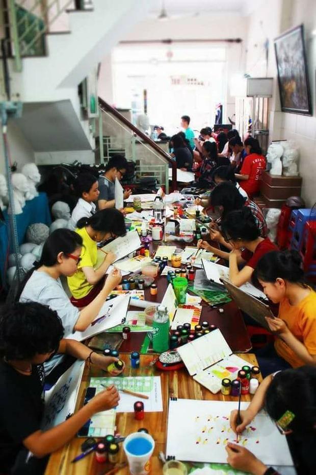Một buổi học vẽ trang trí màu tại trung tâm (Ảnh: Luckysmile)