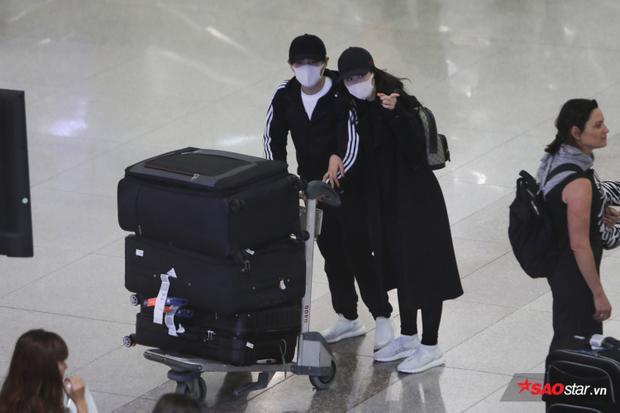 Cả hai diện trang phục trắng đen giản dị khi trở về Việt Nam.