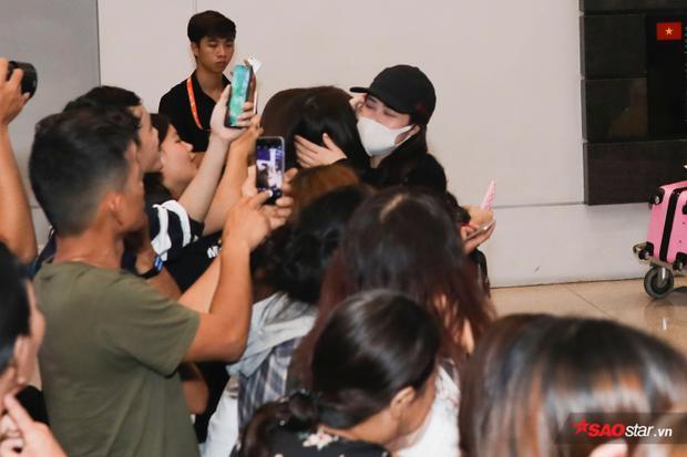 Cô vui mừng ôm chầm lấy fan sau thời gian dài xa cách.