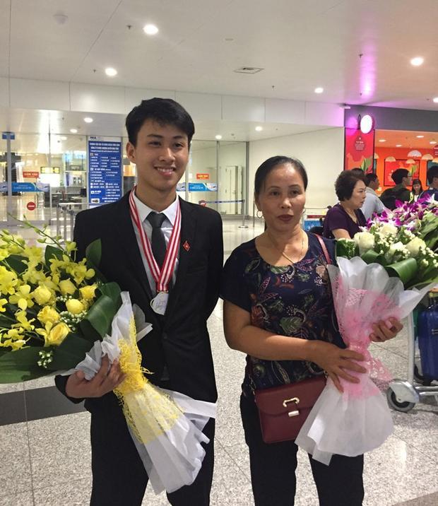 Nguyễn Thế Quỳnh chụp ảnh cùng mẹ.