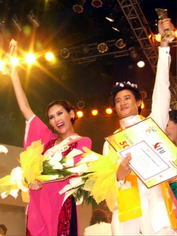 Khởi đầu sự nghiệp, Võ Hoàng Yến tham gia cuộc thi Hoa hậu phụ nữ Việt Nam qua ảnh trong năm 2006 và lọt vào top 10 chung cuộc. Sau cột mốc này, cô đã đặt chân vào showbiz với vai trò một người mẫu. Hai năm sau, cô tham gia Siêu mẫu Việt Nam và giành ngôi vị cao nhất tại cuộc thi.