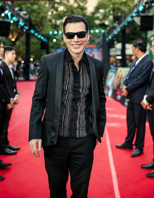 Diện áo sơ mi ánh nhũ kèm vest, sử dụng kính râm tăng thêm điểm chất, ngầu, nam diễn viên thật sự biết cách tạo nên sự nổi bật, khiến người khác phải ngoái nhìn.