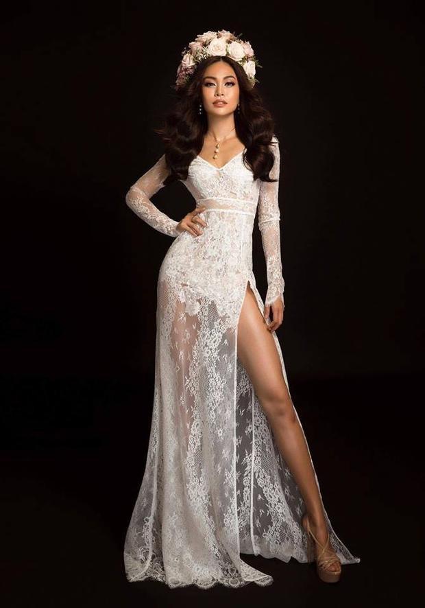 Bộ váy trắng ren xuyên thấu hở sâu ở phần ngực và xẻ cao ở chân là một trong những tuyệt tác làm choMâu Thủy càng trở nên lộng lẫy hơn.