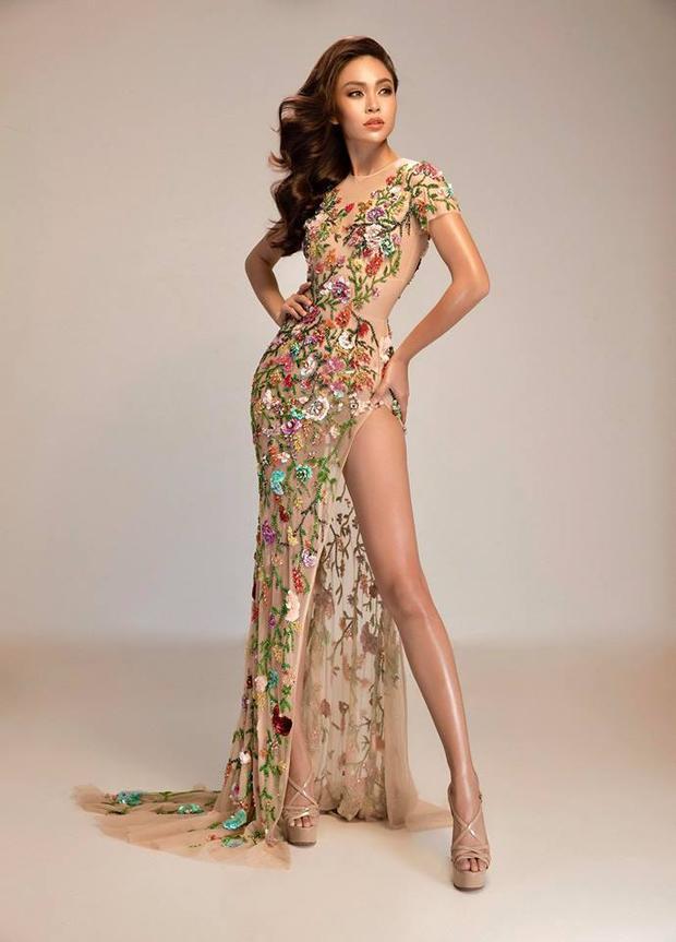 """Đặc biệt trong vòng bán kết của Hoa hậu Hoàn vũ Việt Nam, Mâu Thủy được Lý Quí Khánh """"đo ni đóng giày"""" bộ cánh cắt xẻ táo bạo hợp màu da nâu nóng bỏng của cô. Nhờ đó, người đẹp tự tin khoe trọn hình thể chuẩn trước hàng triệu khán giả cả nước. Thiết kếvới chất liệu xuyên thấu, được đính kết cực kì thủ công, tỉ mỉ."""