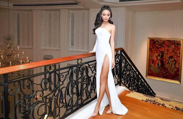 """Không thể phủ nhận rằng đường xẻ tà cao tận eo mà được mặc bởi một nàng á hậu có đôi chân dài hơn một mét thì khỏi chê vào đâu được. Ngoài Mâu Thủy, Hồ Ngọc Hà cũng là người đẹp bị """"thôi miên"""" bởi những thiết kế khoe chân trần của Lý Quí Khánh."""