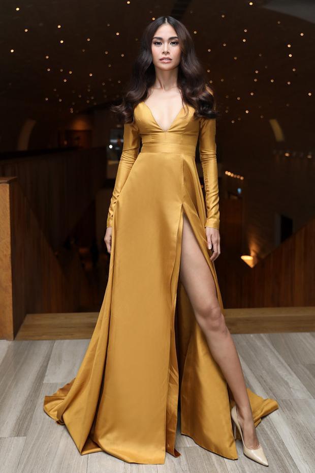 Tại các sự kiện chân dài họ Mâu luôn ưu tiên những kiểu váy xẻ tà phóng khoáng như thế này của Lý Quí Khánh. Bởi không có một kiểu váy nào giúp cô có thể nổi bật nhất ngoại trừ kiểu váy khoe chân dài.