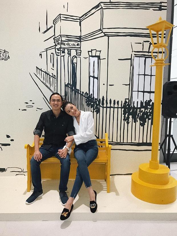 Sánh đôi bên người chồng điển trai, Tăng Thanh Hà vẫn giản dị hết mức với quần jeans skinny và áo sơ mi trắng. Điểm nhấn lần này lại là đôi giày bệt với hai chiếc trang trí khác nhau khá độc đáo.