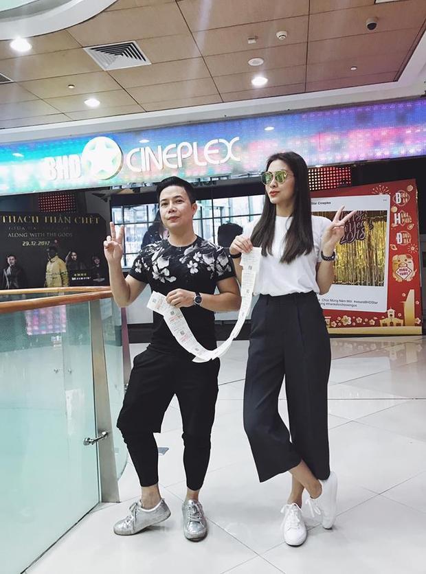 Diện tone trắng đen thì Tăng Thanh Hà vẫn chọn một đôi sneaker trắng siêu giản dị thế này.