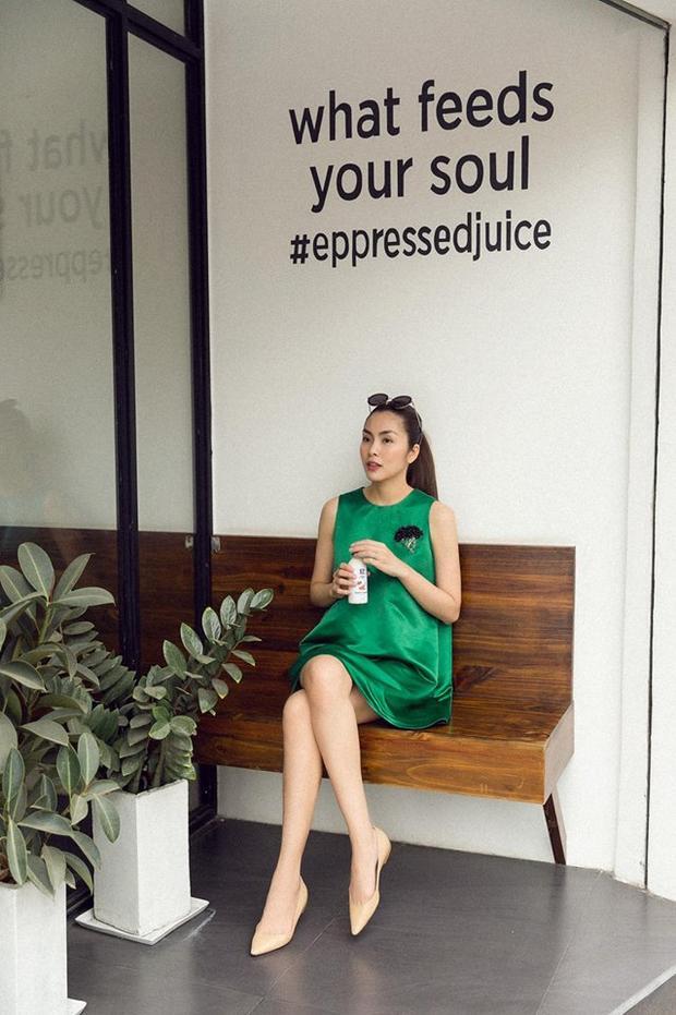 Cô thường diện đôi giày này với váy dáng suông, cũng là một kiểu váy tiện lợi, thoải mái được Tăng Thanh Hà ưa thích.