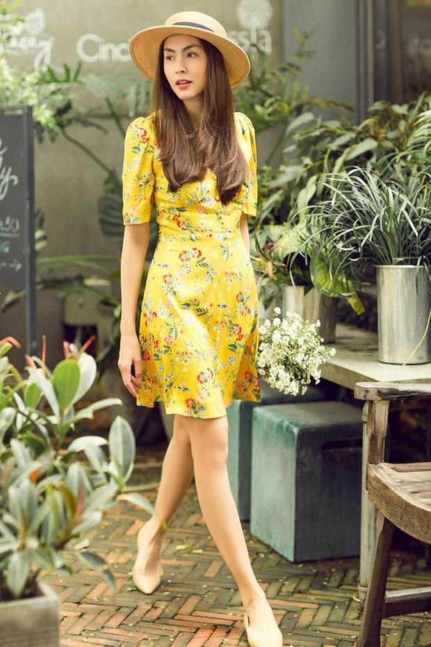 Vẫn là đôi giày này, Tăng Thanh Hà kết hợp với váy hoa nhí nền vàng đang cực hot hiện nay.