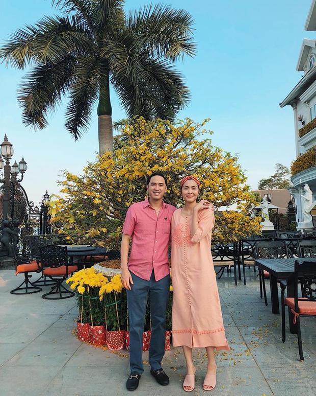 Trong những ngày xuân rực rỡ, Tăng Thanh Hà vẫn tiếp tục diện kiểu dép lê yêu thích số 1 trong lòng, nhưng lần này thay vì màu nude thì là màu hồng nhạt match với bộ váy cô đang diện.